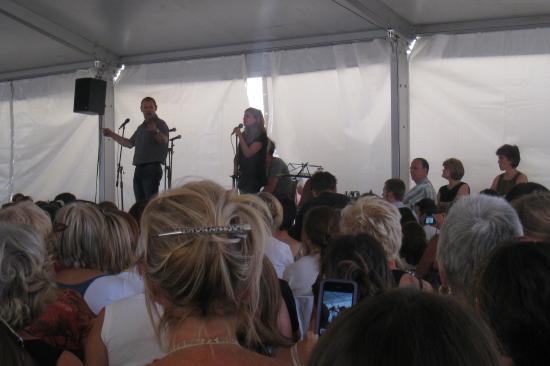 Julie chante