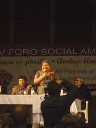 Premio nobel de paz Rigoberta Menchu hablando - FSA Asuncion