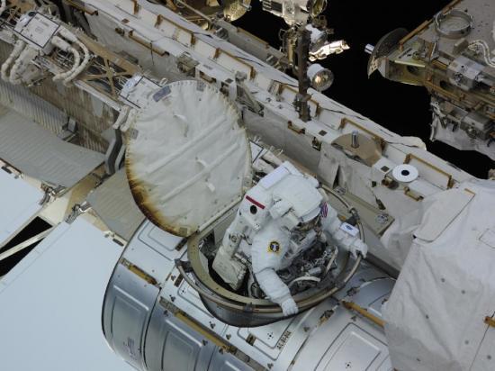 Un astronaute sort pour aller remplacer la pompe installée à l'extérieur...