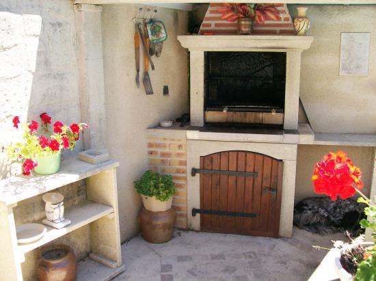 barbecue en pierre noir. Black Bedroom Furniture Sets. Home Design Ideas