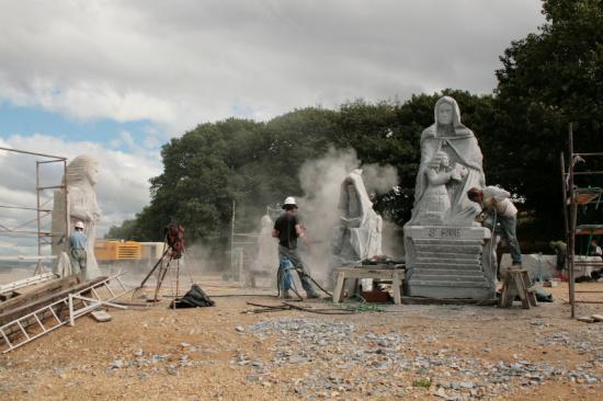 Les sculpteurs de La Vallée des Saints en action.