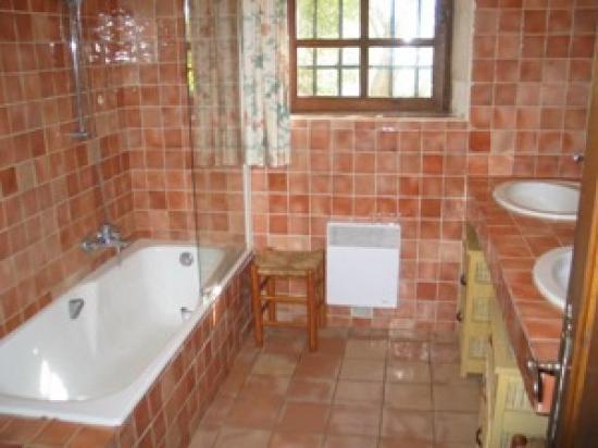 La salle de bain s'ouvre à l'est sur le jardin