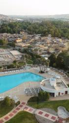 Photo prise de la tour du Movenpick - Août 2010 - Au premier plan la piscine de l'hôtel, au loin le village Nubien.