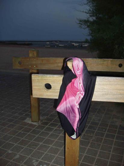 Maiilot de bains féminin abandonné par sa proriétaire comme un vélo