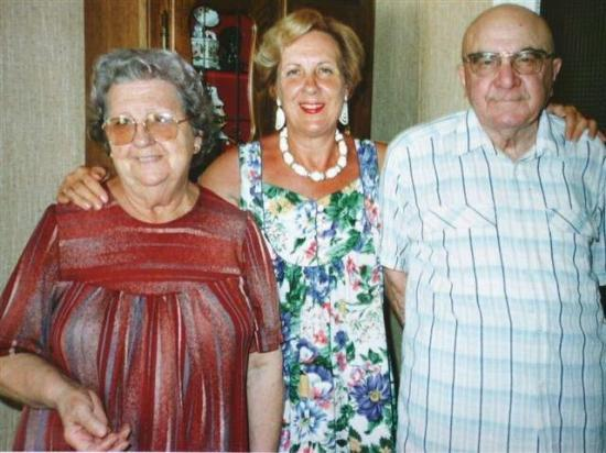 Gisléne entourée de ses parents: Françoise ROTGER et Antoine PONS dit