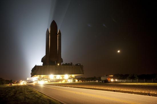 La navette spatiale Discovery se dirige vers son pas de tir (photo prise la nuit du lundi 20 Septembre)...
