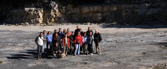 Groupe sur le site des traces de dinosaures à Loulle