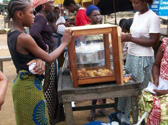 Vendeuse de beignets dans les rues du Plateau Dokui à Abidjan