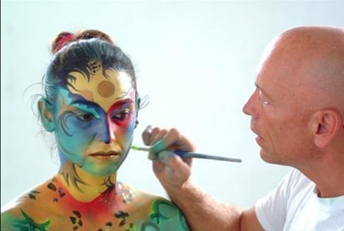 Gilbert entrain de maquiller un modèle pour le carnaval de Xalapa en 2004.