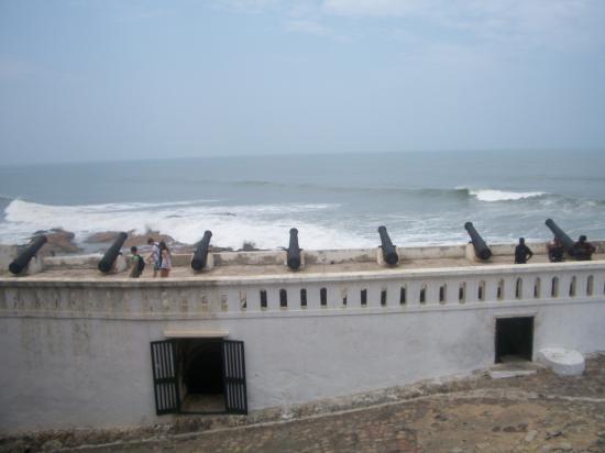 Les canons dans la cour pointant vers l'océan