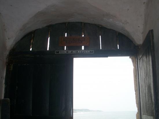 La porte du non-retour, derrière cette porte les esclaves étaient emmenés sur les bateaux