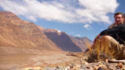 esperando un auto entre Uspallata y el Puente del Inca