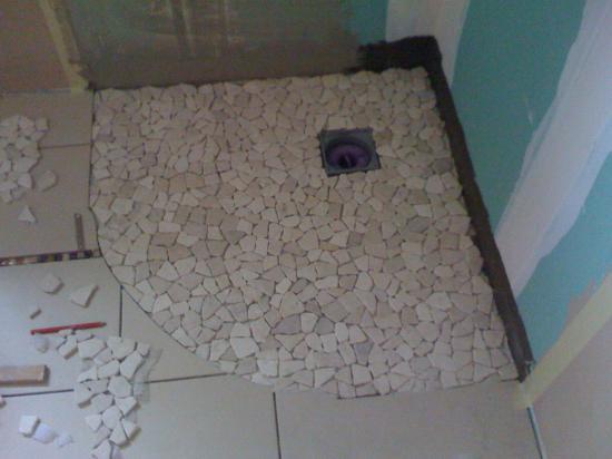 awesome douche italienne mise en place de la mosaque murale pose du carrelage du sol de salle de bain ajust aux dcoupes du sol de with carrelage de douche - Poser Carrelage Sol Salle De Bain