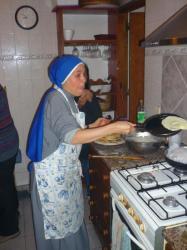 Hermana Magda haciendo crepes - San Raphael