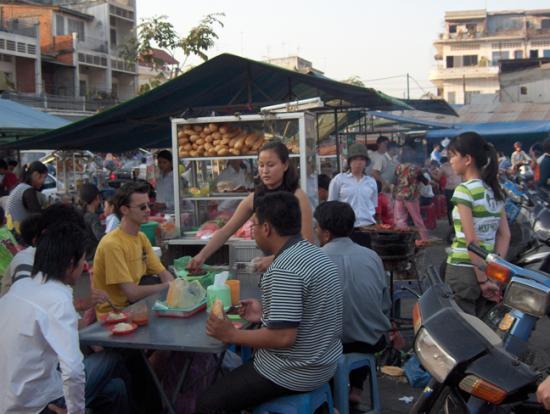 petit encas au marché CAMBODGE Phnom Penh @hellomisterd.com