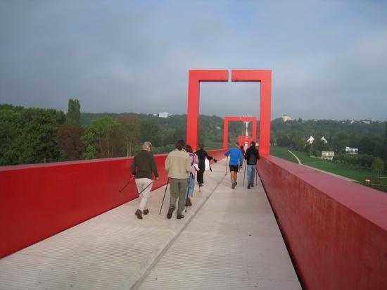 Marcheurs sur la Passerelle de l'Axe Majeur à Cergy