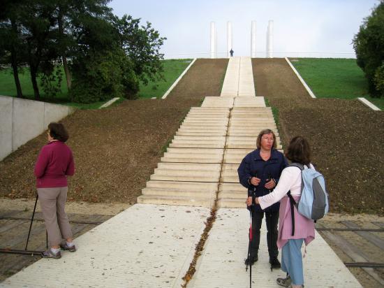 Marcheuses sur un palier de l'escalier qui mène au Douze Colonnes à Cergy Saint-Cristophe