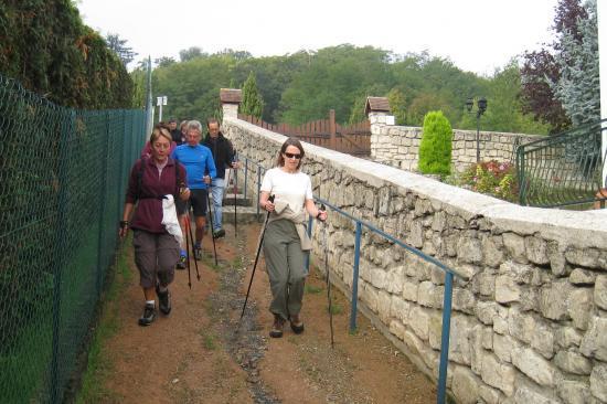Eléna à gauche, Béatrice à droite, suivies de Henri et Dominique