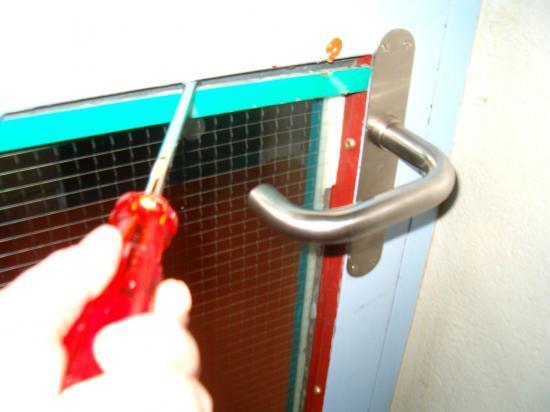 Verre vitre support bois support m tal tournevis gants for Enlever silicone sur verre