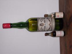 Deux mignonnettes (1950') devant une bouteille d'eau-de-vie d'un litre (1930')