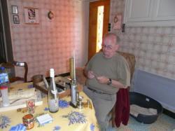 Claude Caumette devant l'ébuliomêtre de son père, bouilleur ambulant à Faugères