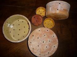 Vieux moules (faisselles) en terre cuite frabriqués à Saint Jean du Bruel - Aveyron.