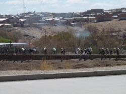 les boliviens transportent des sacs sur leur dos pour eviter taxes