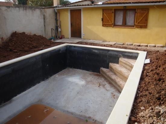 Vendredi 22 octobre pose des margelles for Construction piscine 22