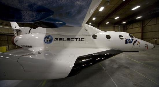 Le spaceship 2 à l'arrêt dans le hangar...