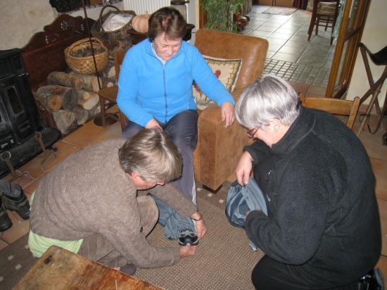 Maryvonne aidée de Catherine et Isabelle