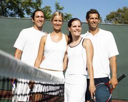 Jouer un match de tennis avec des amis