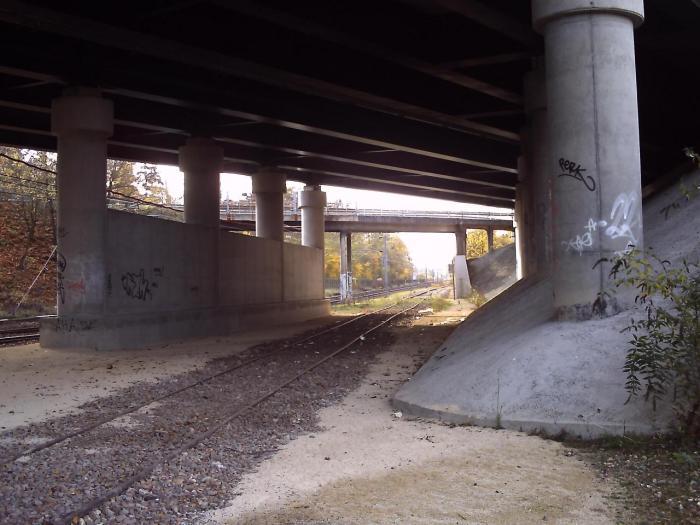 Sous le pont de la RN 12, juste après l'enbranchement
