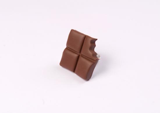 bague carré de chocolat croqué