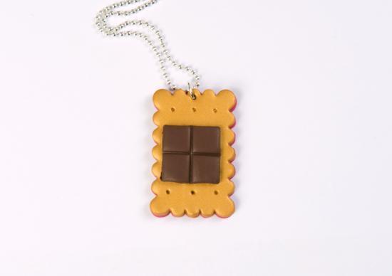 sautoir petit beurre et son carré de chocolat