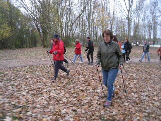 Michèle e, rouge au premier plan, Danièle à droite