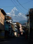 Machapuchre dominant la vieille ville de Pokhara