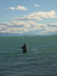 Carlito pescando en el lago Argentino