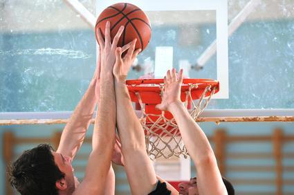 Faire du basket avec des copains