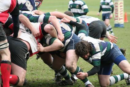 Jouer au rugby avec des amis