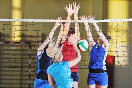 Faire du volley-ball avec des amis