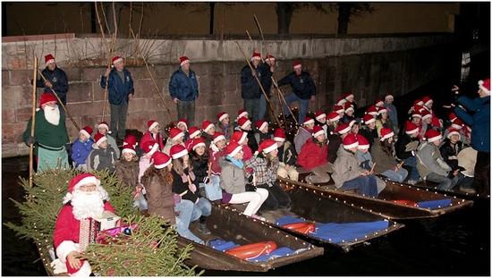 Chorale chantant noël sur les barques des Bateliers de la Lauch de Colmar
