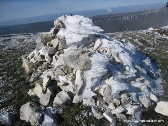 cairn enneigé dans le Vercors