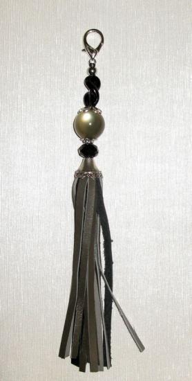 Pompon gris noir perles verres et céramique