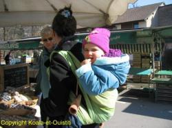 Un autre exemple de portage évolutif : ici une écharpe DOLCINO, une puce ayant 30 mois et plus de 16 kgs. Mains libres pour le porteur, poste d'observation pour l'enfant