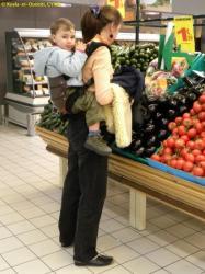 Un autre exemple de portage évolutif : ici un porte-bébé MANDUCA bio, une puce ayant 32 mois et presque 16,5 kgs. Mains libres pour le porteur, poste d'observation pour l'enfant