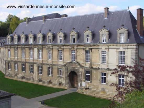 """Le palais des Princes dit """" château-bas"""""""