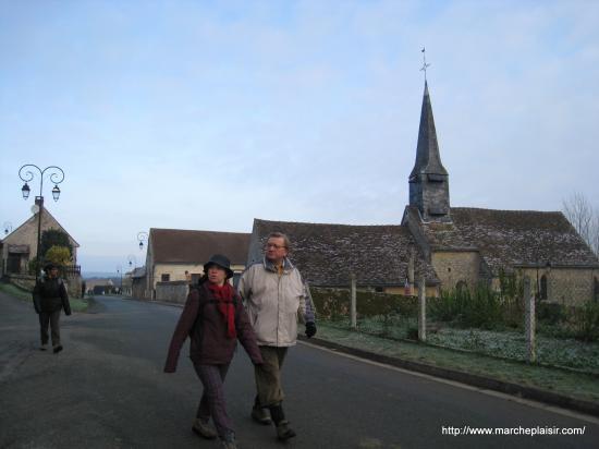 Paula, Antoine, Micheline devant l'église de Lattainville