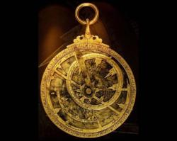 Astrolabe arabe. Andalousie, grenade. Indispensable à la navigation, l'astrolabe fut complété par de nouveaux systèmes de projection géométrique