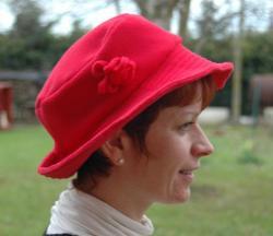 De coté ,chapeau rouge polaire