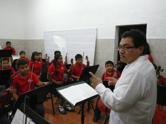 Le maestro Jose Luis Chan avec les enfants de Timucuy.